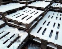 把城市报道的横向雪结构树都市冬天换下场 库存图片