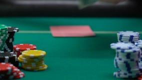 把堆美元和钥匙放的赌博娱乐场球员从公寓在桌上,赌博 股票视频
