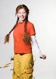 把女孩长的可爱的红头发人编成辫子 库存照片