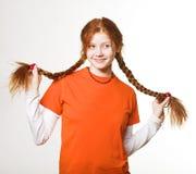 把女孩长的可爱的红头发人编成辫子 免版税库存图片
