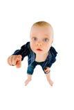 把她的手指指向的小男孩照相机 免版税库存照片