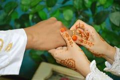 把婚戒放在手指上 免版税库存照片