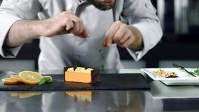 把巧克力放的厨师在蛋糕上在慢动作 完成沙漠的特写镜头面包师 股票视频