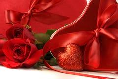 把巧克力红色丝带玫瑰缎装箱 免版税库存照片