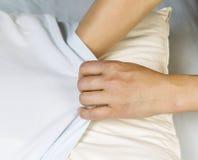 把干净的Pilllow案件放在枕头上 免版税库存照片