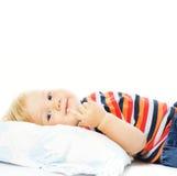 把年轻人吵醒的漂亮的孩子 免版税库存照片