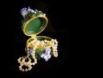 把开放的珠宝装箱 免版税库存图片