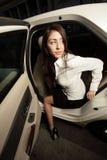 把弄出去她的妇女的汽车 免版税库存图片