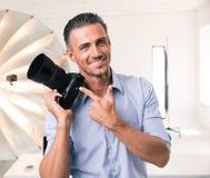 把手指指向的摄影师照相机 免版税库存照片