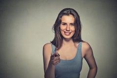 把手指指向的年轻美丽的偶然妇女您照相机 图库摄影