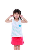 把手指放的孩子在她的耳朵上 背景查出的白色 免版税库存图片