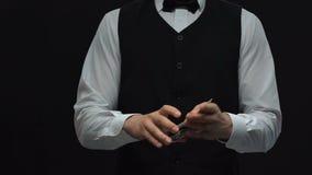 把手铐放的警察在拖曳卡片非法企业罪行的赌博娱乐场经销商上 股票视频