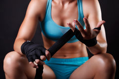 把拳击绷带放的妇女在她的手上 免版税库存图片