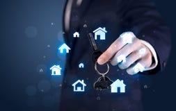 把握与房子的商人关键 免版税图库摄影