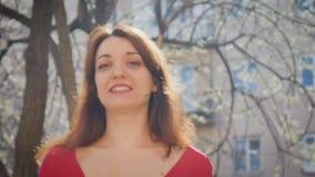 把握与蓝色keychain的情感cazy年轻女人关键与幸福和excitings 有红色修指甲的女性手 股票录像