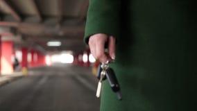 把握与遥控的女性手汽车关键 股票录像