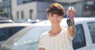 把握关键对新的汽车自动和微笑对照相机的少妇 股票录像