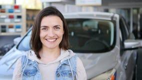 把握关键对新的汽车自动和微笑对照相机的少妇 库存图片