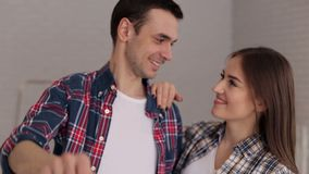 把握关键的一对爱恋的夫妇的特写镜头对他们新的公寓 影视素材