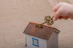 把握关键的一点手由一个式样房子 图库摄影