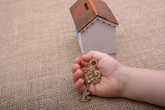 把握关键的一点手由一个式样房子 免版税库存图片