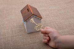 把握关键的一点手由一个式样房子 免版税图库摄影