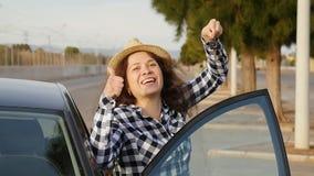 把握关键的少妇对一辆新的汽车 股票录像