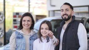 把握关键的愉快的女孩对新的家用汽车 股票视频