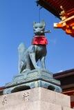 把握在它的嘴, Fushimi Inari寺庙,京都的Fox一个关键 免版税库存图片