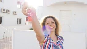 把握房子关键的愉快的妇女 股票录像