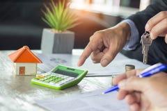 把握房子关键的房地产开发商对他的客户在签字以后 库存照片
