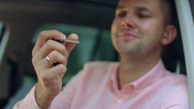 把握新的车的汽车关键男性手 股票视频