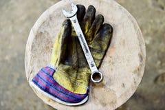 把握板钳关键的工作者的手套 免版税库存照片