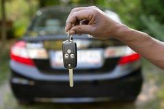 把握汽车关键的人 免版税库存图片