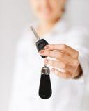 把握汽车关键的妇女手 免版税库存照片