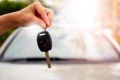 把握汽车关键的妇女的手 免版税图库摄影