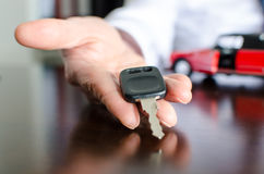 把握汽车关键的推销员 免版税库存图片