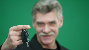 把握汽车关键的老人被隔绝在绿色 影视素材