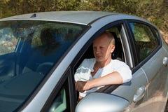 把握他新的汽车的关键激动的司机 免版税库存照片