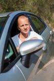 把握他新的汽车的关键激动的司机 库存图片