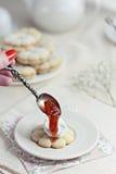 曲奇饼用无花果果酱和mascarpone奶油 库存图片