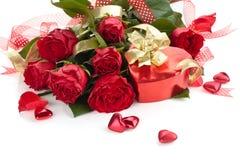 把日产生他的人红色s的礼品女朋友装箱华伦泰年轻人 免版税库存图片
