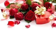 把日产生他的人红色s的礼品女朋友装箱华伦泰年轻人 免版税库存照片