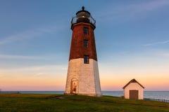 把朱迪思灯塔著名罗德岛州灯塔指向日落 库存照片