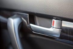 把柄在汽车的门开启者 免版税库存图片