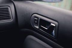 把柄在车的门开头 窗口按钮 免版税库存图片