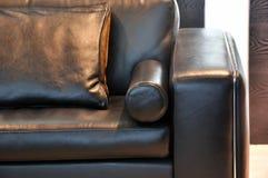把柄皮革枕头沙发 免版税库存图片