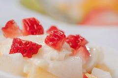 把桃子沙拉草莓切成小方块 免版税库存图片