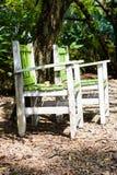 2把椅子在庭院里 免版税库存图片