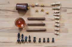 把比赛、棋子、雪茄和酒精饮料切成小方块 免版税库存照片